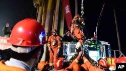 山东省平邑县石膏矿坍塌事故发生36天后第一名矿工从坍塌的矿中被解救出来。(2016年1月29日)