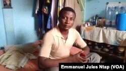 Mayele Cyriaque, étudiant boursier HCR au Cameroun, dans sa modeste chambre à Yaoundé.