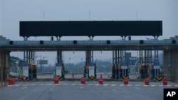 Gerbang menuju kawasan industri Kaesong terlihat lengang dari kantor pabean, imigrasi dan karantina di dekat desa perbatasan Panmunjom, Paju, Korea Selatan (3/5). Kora Utara telah mengajukan sejumlah ketentuan untuk membuka kembali kawasan ini.