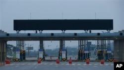 Pintu gerbang ke arah kota kawasan industri Kaesong di Korea Utara tampak sepi. (Foto: Dok)