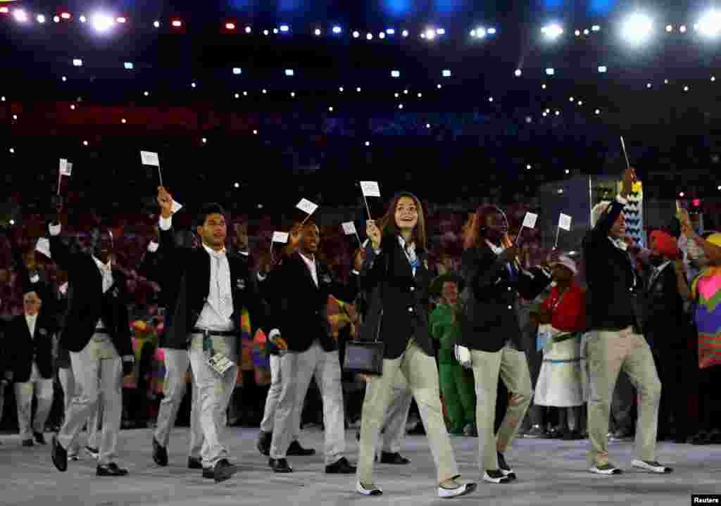 A equipa dos Refugiados entra na arena do estádio do Maracanã na abertura dos Jogos Olímpicos do Rio. 5 de Agosto de 2016.
