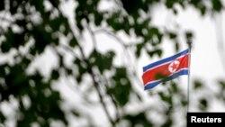 지난 2010년 5월 중국 베이징 주재 북한 대사관 위로 인공기가 날리고 있다. (자료사진)