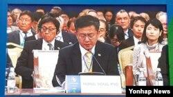 홍용표 한국 통일부 장관이 29일 카자흐스탄 수도 아스타나에서 열린 '핵 없는 세상 만들기' 국제회의에서 기조 발언을 하고 있다.