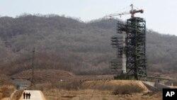 지난 2012년 4월 북한 동창리 미사일 발사대에 은하-3호 장거리 로켓이 발사대기 상태로 세워져있다.