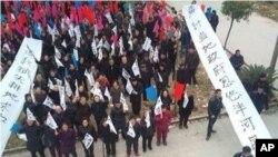 浙江温州市苍南县巴曹镇泮河村村民游行示威抗议村官卖地