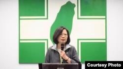 台湾总统蔡英文11月21日在民进党第18届第15次中常会后讲话(照片来源:民进党)