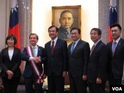 罗伊斯议员接受台湾立法院赠勋 (美国之音张永泰拍摄)