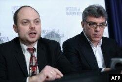 지난 2014년 1월 미국 워싱턴 DC에 있는 내셔널프레스클럽(NPC)에서 기자회견을 진행하고 있는 보리스 넴초프(오른쪽) 전 러시아 부총리.