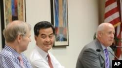 香港行政會議召集人粱振英(中)周三在華盛頓一個智囊論壇上