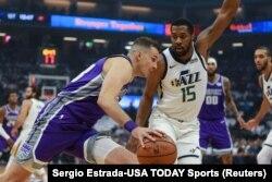 Nemanja Bjelica u prodoru protiv Derika Fejvorsa iz Jute (Foto: Reuters/Sergio Estrada-USA TODAY Sports)