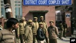Cảnh sát Ấn Ðộ đứng gác trước cửa tòa án nơi diễn ra vụ xét xử các nghi can trong vụ cưỡng hiếp tại New Delhi, Ấn Độ, ngày 24/1/201