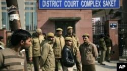 Polisi New Delhi berjaga di dekat pintu gerbang pengadilan dimana lima pria yang dituduh memperkosa dan membunuh seorang mahasiswi berusia 23 tahun tengah disidang di New Delhi, India, 24 Januari 2013. (AP Photo/ Altaf Qadri)