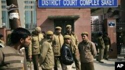 警察守卫在新德里轮奸和杀人案被告接受审判的新德里一家法庭外。(2013年1月24日)