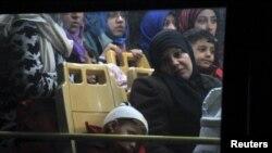 Des civils syriens ayant quitté Homs après une trêve locale arrivent à Idlib, le 10 décembre 2015. (REUTERS/Ammar Abdullah)