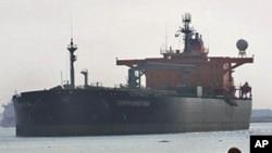 油轮通过苏伊士运河