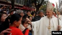 Đức Hồng Y Fernando Filoni ban phước cho một bé gái trước khi cử hành thánh lễ tại Nhà thờ lớn Hà Nội, ngày 20/1/2015.