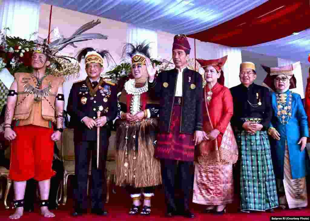 Presiden Joko Widodo didampingi Kapolri Tito Karnavian dan Wakil Presiden Jusuf Kalla siap merayakan puncak peringatan Hari Kemerdekaan RI ke-72. Semua mengenakan pakaian tradisional daerah yang berbeda-beda, Jakarta, 17 Agustus 2017. (Courtesy: Setpres RI)