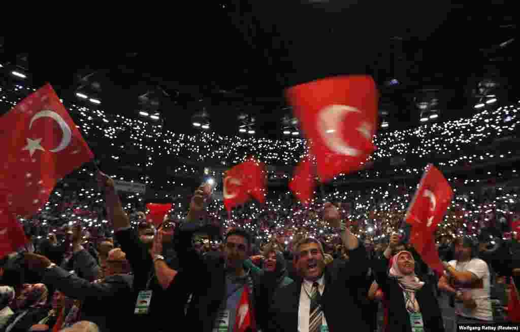Lanxess Arena'da Erdoğan'ın konuşmasını izlemeye gelen kalabalık