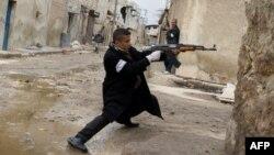 4일 알레포 공항 인근에서 정부군에 대항해 총을 겨누는 반군 병사. (자료사진)