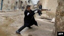 Một thành viên nhóm nổi dậy Syria trong vụ đụng độ với lực lượng chính phủ gần sân bay quốc tế Aleppo, phía bắc Syria, 4/3/2013.