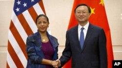 수전 라이스 미국 백악관 국가안보보좌관이 지난 7월 25일 중국 베이징에서 양제츠 외교담당 국무위원과 만나 악수하고 있다. (자료사진)