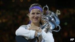 Australian Open Tennis ၿပိဳင္ပဲြရဲ႕ အမ်ိဳးသမီးတဦးခ်င္း ခ်န္ပီယံဆု ဆြတ္ခူူးသြားသူ ဘယ္လာရုစ္ႏုိင္ငံက Victoria Azarenka။ (ဇန္န၀ါရီလ ၂၆ ရက္၊ ၂၀၁၃)။