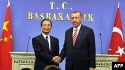 Thủ tướng Thổ Nhĩ Kỳ Recep Tayyip Erdogan, phải, và đối tác Trung Quốc Ôn Gia Bảo bắt tay sau một cuộc họp báo ở Ankara, Thổ Nhĩ Kỳ, thứ Sáu 8/10/2010