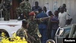 Au centre, l'ancien ministre de la Défense du Burundi, le général Cyrille Ndayirukiye, pointe à une direction lors de la tentative de coup à Bujumbura, Burundi, 13 mai 2015.