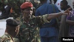 L'ancien ministre de la Défense, le général Cyrille Ndayirukiye, indique du doigt une direction lors du coup d'Etat manqué à Bujumbura, 13 mai 2015.