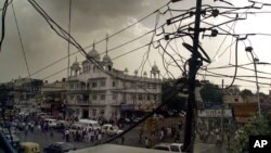 Sebuah tiang listrik dengan jaringan kabel listrik ilegal di New Delhi, India (Foto: dok).