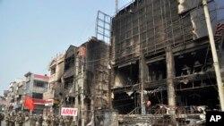 ہریانہ کے ضلع رہتک میں فوج نظر آتش کی گئی عمارت کے سامنے فلیگ مارچ کر رہی ہے۔ 20 مارچ