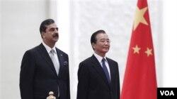 PM Pakistan Yousuf Raza Gilani (kiri) dan PM Wen Jiabao dalam upacara penyambutan di Beijing (18/5).