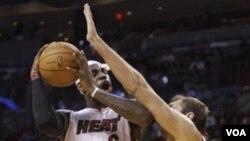 LeBron James y los Miami Heat se muestran en la mejor forma al promediar la temporada con 11 victorias consecutivas.