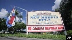 """這張2009年10月14日的照片顯示,佛羅里達州的一處房屋開發商在社區打出""""此間無中國牆板""""的招牌。"""