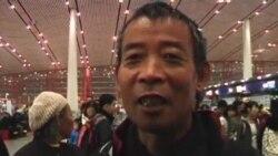 陈光诚的哥哥和母亲登机离开中国启程赴美