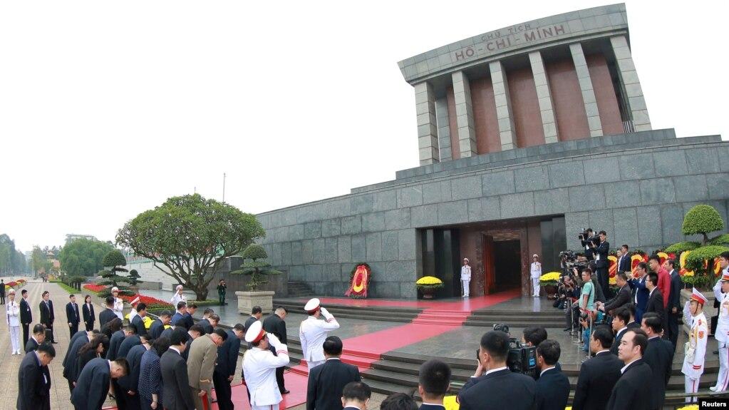 Lãnh tụ Triều Tiên đặt vòng hoa trước Lăng Chủ tịch Hồ Chí Minh tại Hà Nội hôm 2/3. Bộ Quốc phòng cho biết thi hài ông Hồ được bảo vệ an toàn trong suốt 5 thập kỷ qua.