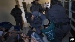 Некоторых поселенцев в поселении Мигрон властям пришлось выселять с помощью израильской полиции. Западный берег. 2 сентября 2012 г.