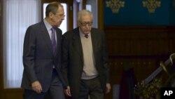 세르게이 라브로프 러시아 외무장관(왼쪽)이 지난해 12월 시리아 사태를 논의하기 위해 라크다르 브라히미 유엔-아랍연맹 공동 시리아 특사와 회담했다. (자료사진)