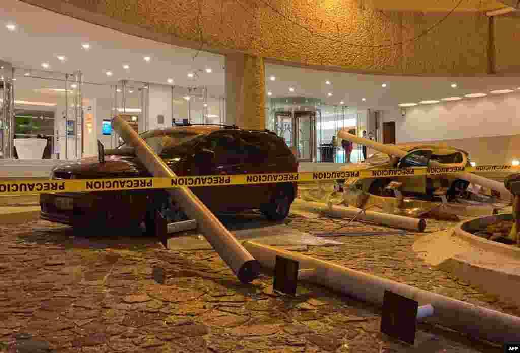 Autos se encuentran dañados afuera de un hotel después de un terremoto en Acapulco, estado de Guerrero, México el 7 de septiembre de 2021.