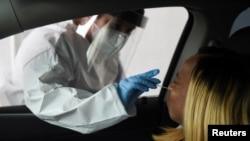 在美國德州休斯頓醫護人員正在進行新冠病毒檢測 2020年6月23日