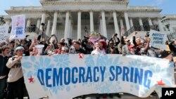 مظاهره کنندگان خواستار پایان بخشیدن نقش پول در سیاست بودند.