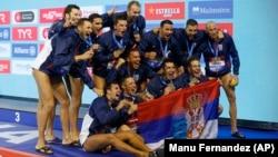 Reprezentativci Srbije poziraju sa zlatnim medaljama posle pobede u finalu Evropskog prvenstva u vaterpolu u Barseloni (Foto: AP/Manu Fernandez)