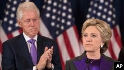Mantan presiden AS Bill Clinton bertepuk tangan untuk istrinya, kandidat presiden AS dari Partai Demokrat, Hillary Clinton, yang memberikan pidato kekalahan dalam pemilihan presiden AS di kota New York (9/11). (AP/Matt Rourke)