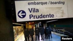 9일 브라질 상파울로에서 지하철 노조의 파업 시위가 5일째 계속되는 가운데, 경찰들이 폭동 진압복을 입고 지하철 역에 주둔하고 있다.