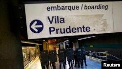 Policías con trajes antimotines montan guardia en la estación del metro Ana Rosa, en la ciudad de Sao Paulo.