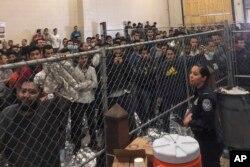 지난달 22일 미국 텍사스 주 매캘런의 불법 이민자 수용시설 내 모습.