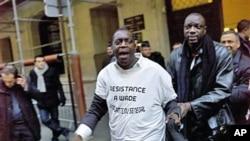 1月31号,反对瓦德总统的人士在塞内加尔驻巴黎领馆前举行抗议。