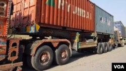 قطاروں میں کھڑے رہنے سے ٹرکوں اور ٹرالروں کے ڈرائیور لدھے ہوئے سامان کی حفاظت پر بھی مجبور ہیں۔