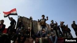 Para pedemo dalam demonstrasi anti-pemerintah di jembatan Ahrar di Baghdad, Irak, 18 November 2019/