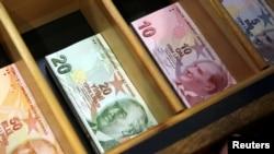 Uang kertas lira Turki, di kantor penukaran mata uang di Istanbul, Turki, 13 Agustus 2018. (Foto: dok).